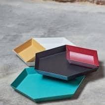 Kaleido, plateaux en acier laqué, existe en cinq astucieuses formes géométriques pour des usages multiples