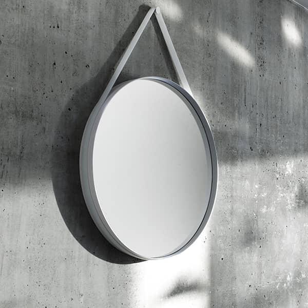 STRAP : un joli miroir rond en acier thermolaqué gris, muni d'une bandoulière en silicone