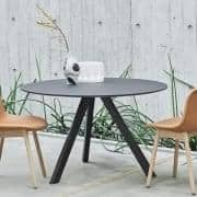 Den COPENHAGUE runde bord CPH20 og CHP25, lavet i massivt træ og krydsfiner, ved Ronan og Erwan Bouroullec - Deco og design