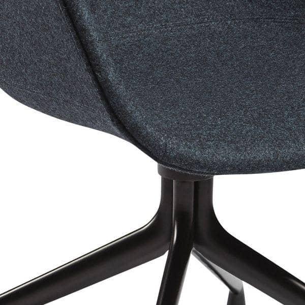 Le fauteuil à roulettes About a Chair par HAY - AAC25 - Structure en polypropylène, assise intégrale en tissu, montée sur mousse Oeko-Tex, piétement en aluminium munis de roulettes - l'art du design nordique