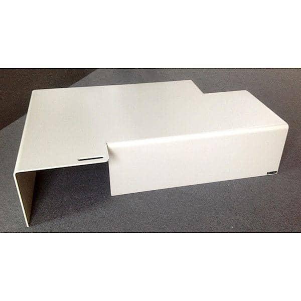 La table basse AXXEL en aluminium, 120 x 80 cm, adaptée pour une utilisation en intérieur ou en extérieur, une asymétrie très réussie - design Jérôme TISON