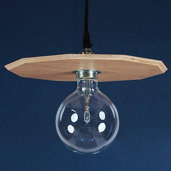la Suspension, une suspension médium plaqué chêne livrée complète avec ampoule halogène et câblage, design éco-responsable