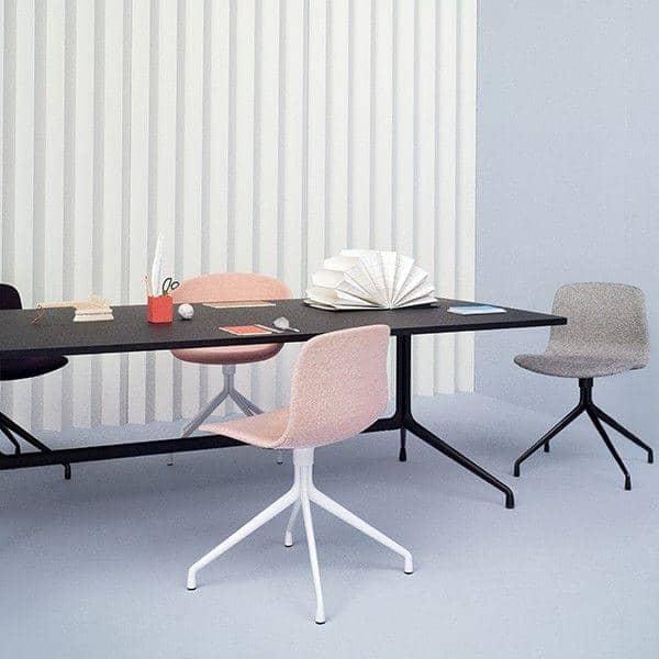 La table AAT10, rectangulaire, multiplis, pieds en aluminium