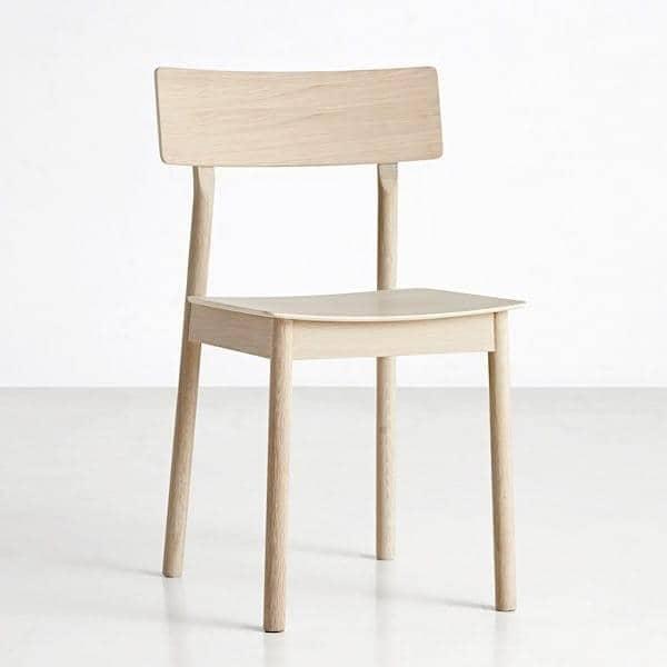 La chaise PAUSE, conçue en bois massif, par le designer finlandais Kasper Nyman