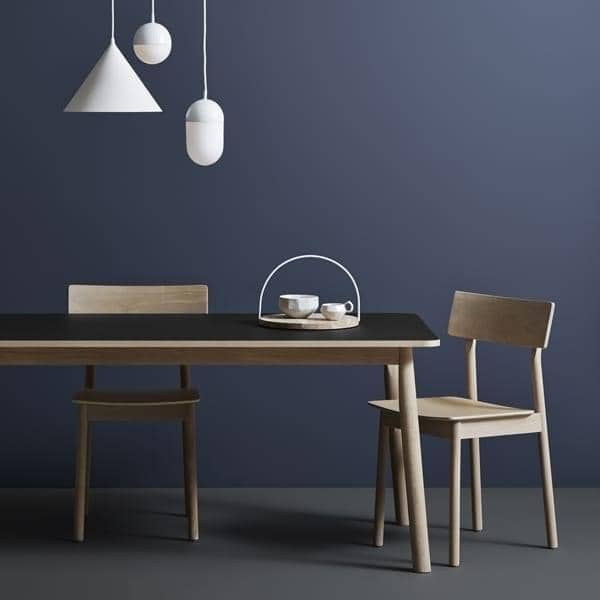 PAUSEフィンランドのデザイナーカスパーナイマン。により無垢材で建てられた椅子、 WOUD