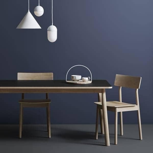 Den PAUSE stol, bygget i massivt træ, ved finske designer Kasper Nyman. WOUD