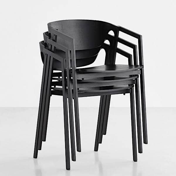 Der stapelbare Stuhl SAC Holz und Metall WOUD