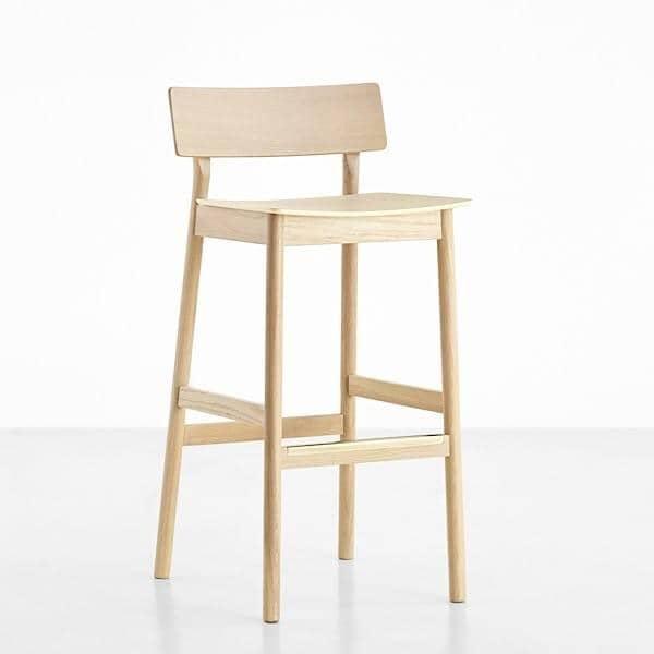PAUSE barstol, bygget av massivt tre, av finske designeren Kasper Nyman
