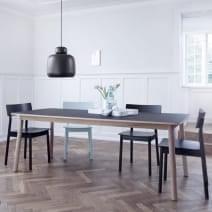 La table PAUSE, en bois massif, est généreuse et pensée pour un usage quotidien