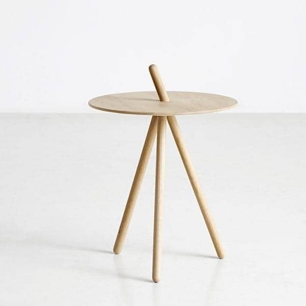 Table d'appoint COME HERE: en bois massif, des finitions très douces