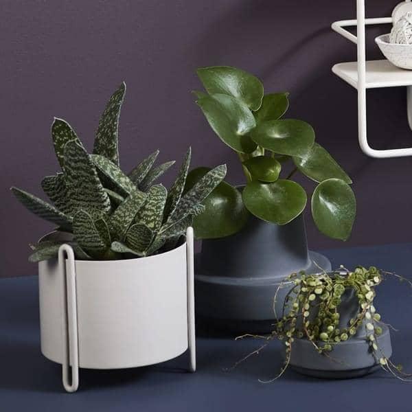 Pots de fleurs PIDESTALL en acier et HINKEN en céramique, moderne et ludique
