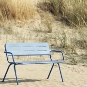 RAY utendørs benk med armlener, designet av WOUD