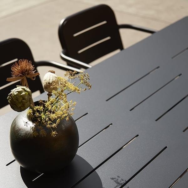 Udvalg af udendørs spiseborde RAY, by WOUD
