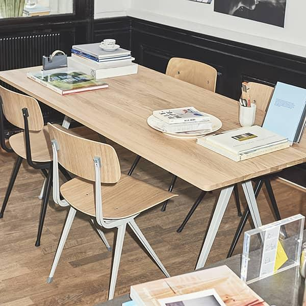 La chaise RESULT par HAY - assise tissu ou cuir en option - acier découpé, assise et dossier en contreplaqué moulé.