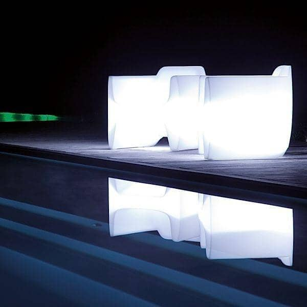 Le Fauteuil lumineux TRANSLATION ARMCHAIR donne de la vie à vos soirées, indoor et outdoor
