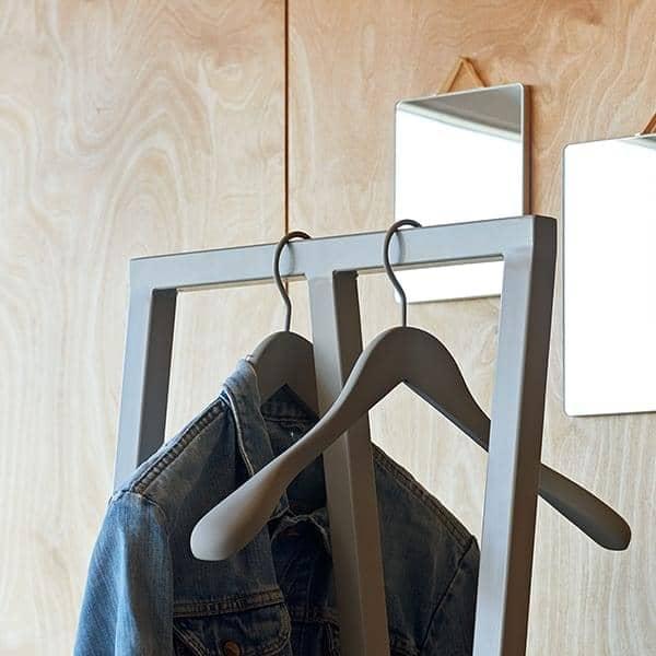 Le mini portant pour vêtements LOOP-2 par HAY se pose partout - gain de place et efficacité