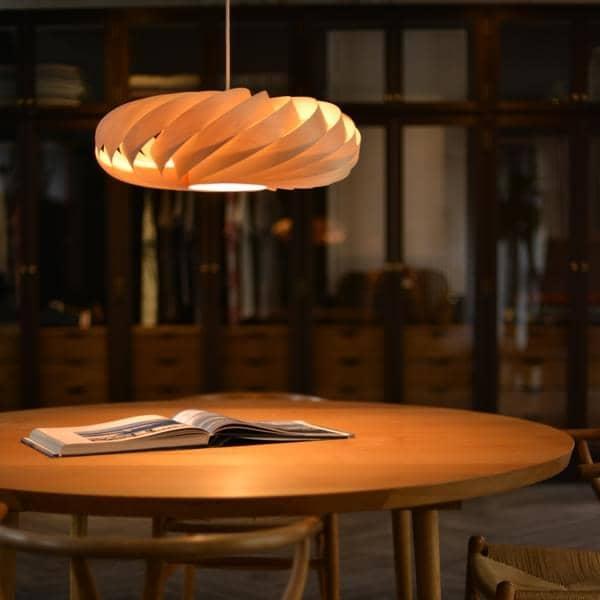 TOM ROSSAU - TR 5 Lámpara colgante o de pared: listones de madera o aluminio, y diseño en su mejor combinación