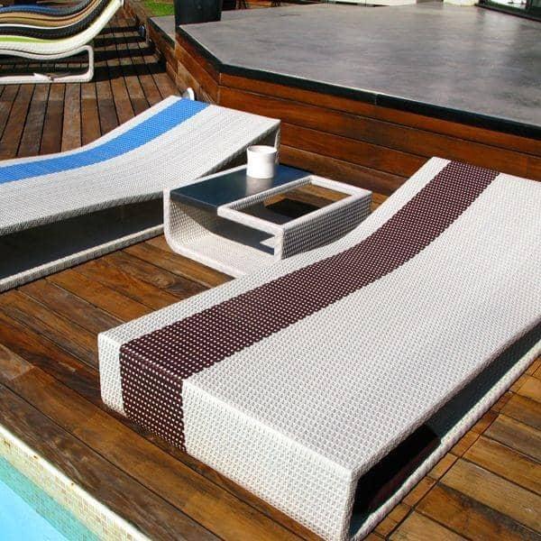 Lit SOMETIME avec sa table basse design en option, structure alu, résine tressée traitée anti-UV