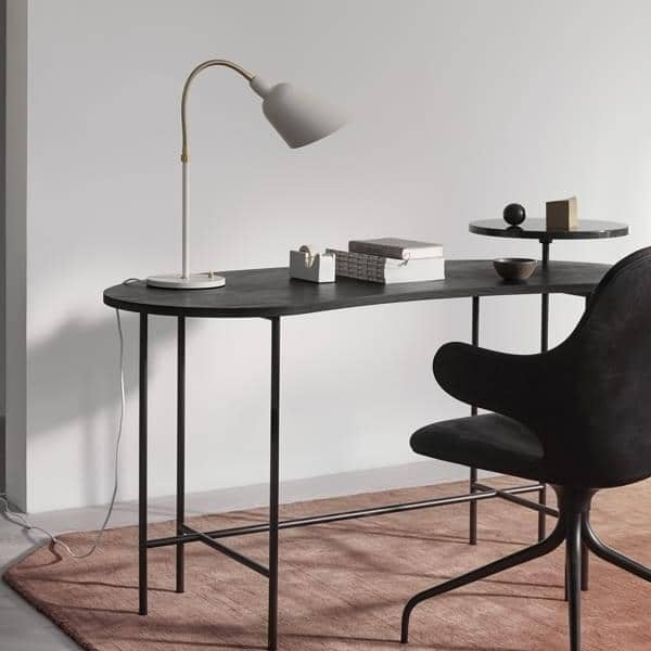 BELLEVUE raccolta (lampada da parete, lampada da tavolo and lampada da terra) creato da Arne Jacobsen nel  Design senza tempo. AND TRADITION